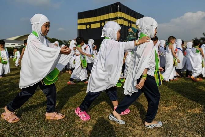 Malaysian children in practice run for Muslim hajj - World - Dunya News