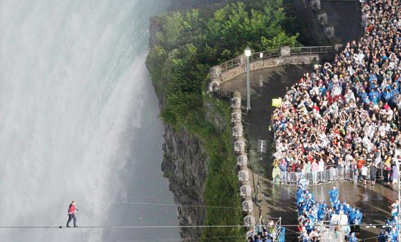 Tightrope walker conquers Niagara Falls | Arab News PK